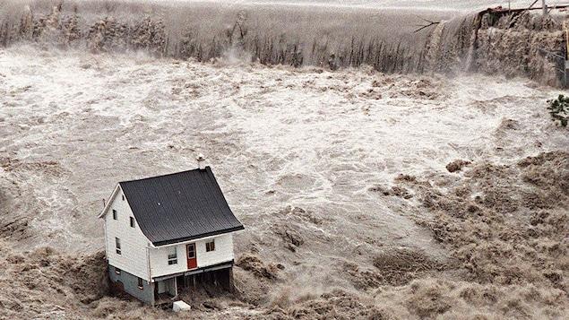 La petite maison blanche, symbole du déluge qui s'est abattu sur la région du Saguenay en 1996.