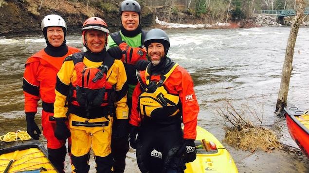 vue de kayakistes sur les berges de la rivières St-Charles à Québec
