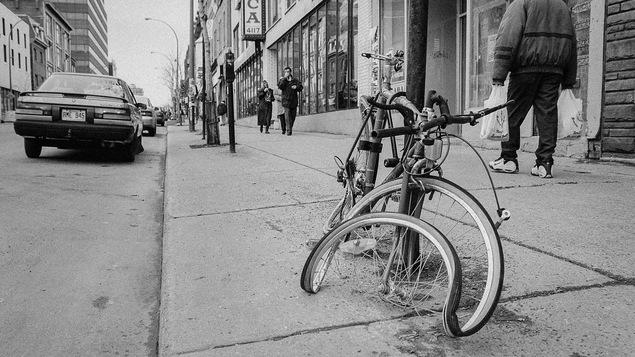Une bicyclette en très mauvais état sur une rue à Montréal.
