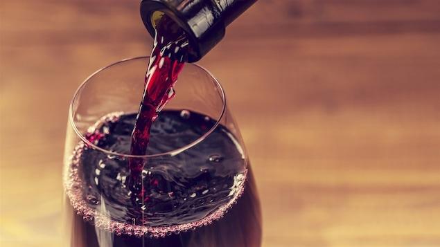 Le respect dû aux morts se perd au Québec et ailleurs dans le monde... - Page 2 Vin-alcool-verre