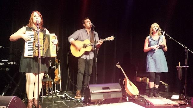 Le groupe Vishten sur scène : Emmanuelle LeBlanc à l'accordéon, Pascal Miousse à la guitare et PAStelle LeBlanc à la flûte.