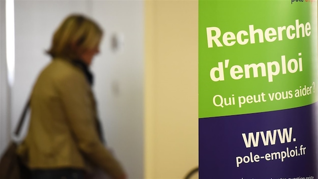 Une femme se présente dans un bureau de recherche d'emploi à Montpellier, en France.