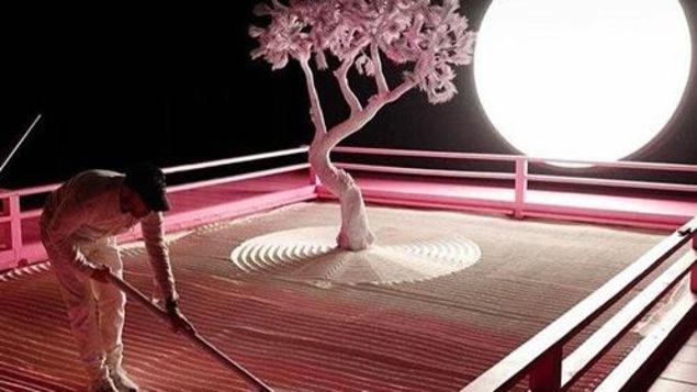 """L'installation artistique """"Lunar Garden"""" présente un arbre et la lune."""