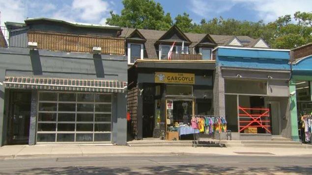 Un commerce entre deux espaces vacants dans le quartier The Beach de Toronto.