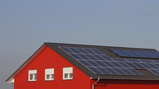 Une maison équipée de panneaux solaires