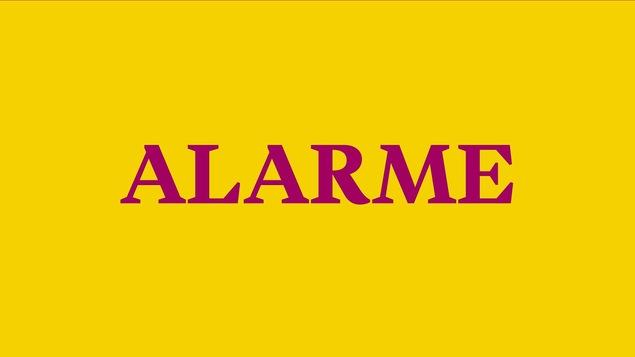 Alarme, inscription fuchsia sur fond jaune