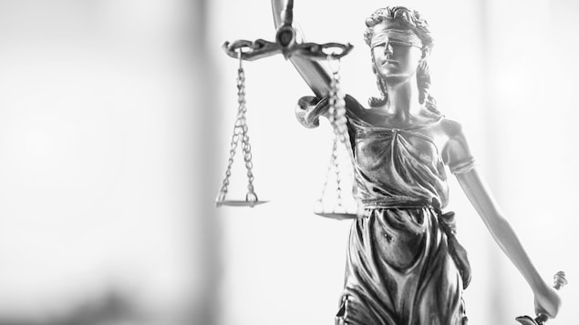Une statue les yeux bandés représentant la justice.