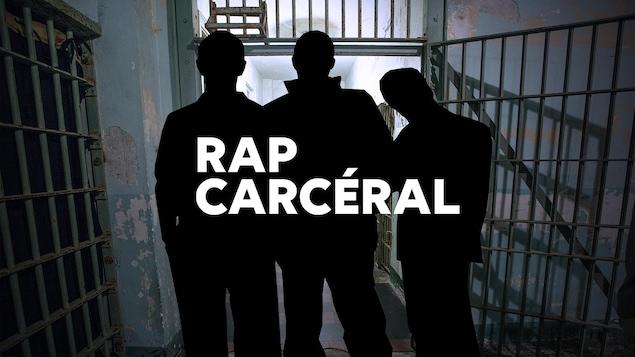 L'ombre de 3 hommes de dos qui regardent vers l'extérieur d'une porte ouverte de cellule de prison.
