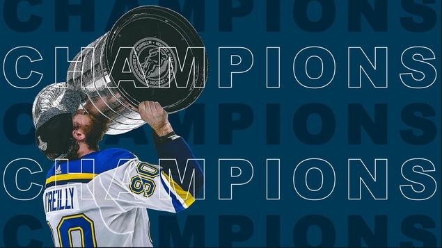 Ryan O'Reilly embrassant la Coupe Stanley sur fond bleu avec libellé Champions.