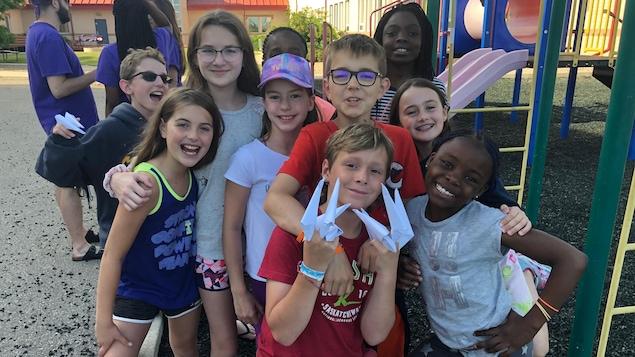 Dix jeunes devant un parc au Camp voyageur