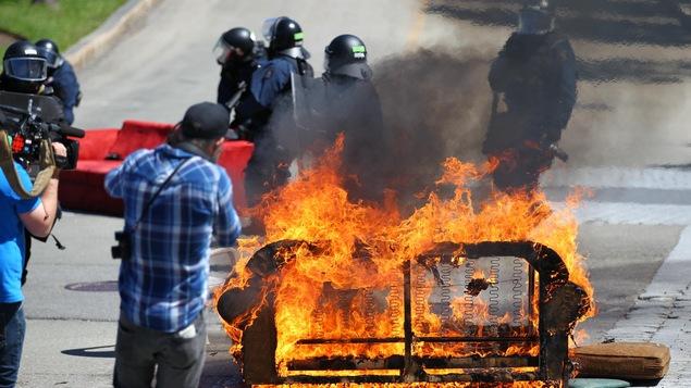 Un divan en feu sur l'avenue Honoré-Mercier, à l'entrée de l'autoroute Dufferin-Montmorency.
