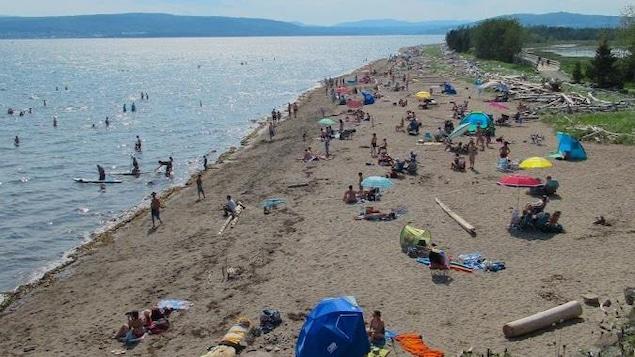 Des gens profitent du beau temps et de la plage