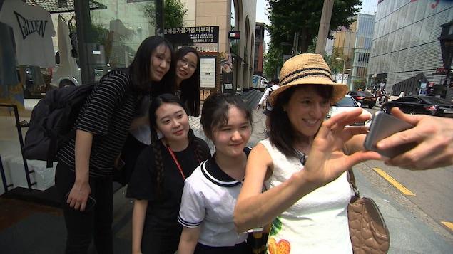 Natalie Chung et les jeunes Coréens prennent un auto portrait.