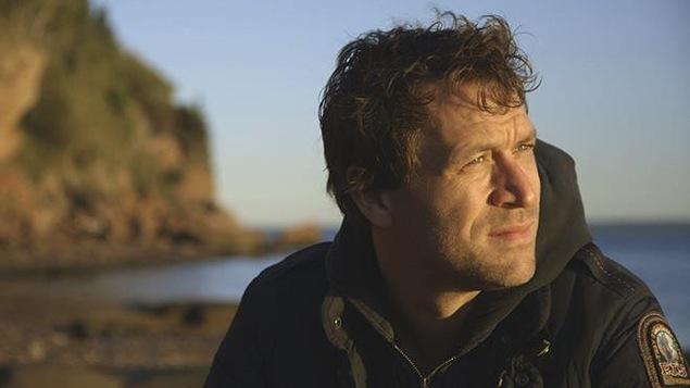 Kevin Parent sur une plage de Gaspésie.