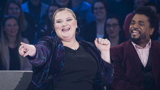 La comédienne tout sourire et l'humoriste qui rigole à ses côtés.