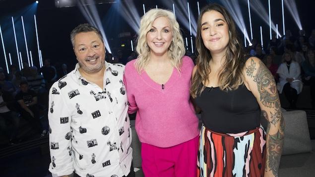 L'animatrice prend la pose avec les deux invités sur le plateau de l'émission.