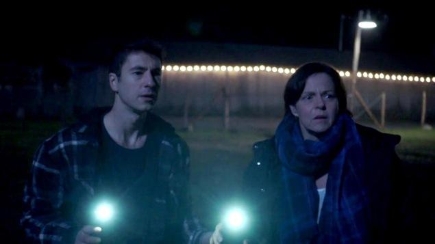 La nuit autour de la grange, Marie-Luce et Simon font une ronde éclairé à la lampe de poche.