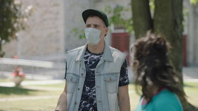 Jean-Michel (Frédéric Millaire-Zouvi) porte un masque en parlant à Kim (Catherine Brunet)