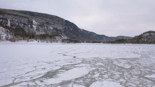 Une équipe de chercheurs étudie le transport des sédiments dans la glace.