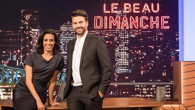 Rebecca Makonnen et Jean-Philippe Wauthier dans le studio de leur émission. En arrière-plan, le pont Jacques-Cartier et la ville de Montréal.
