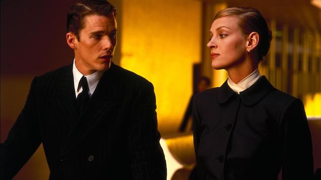 Un homme et une femme en tenues noires et strictes