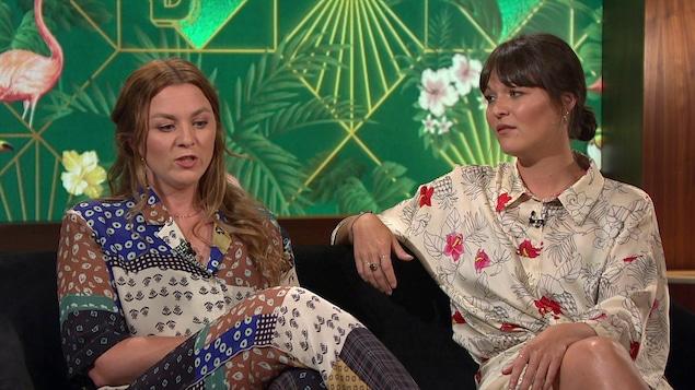 Stéphanie et Mélanie Boulay sont assises sur le plateau de Bonsoir bonsoir.