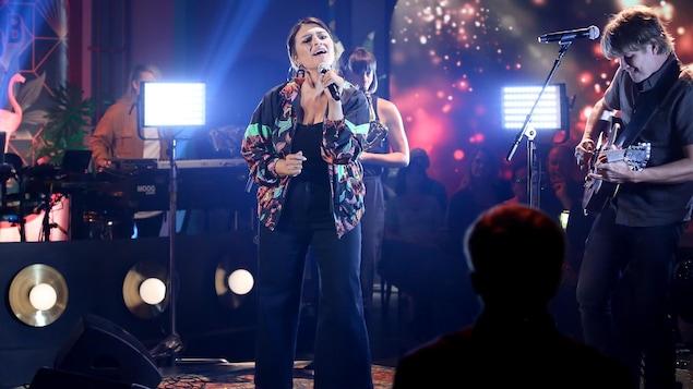 Avec ses musiciens, Elisapie chante sur le plateau de Bonsoir bonsoir!