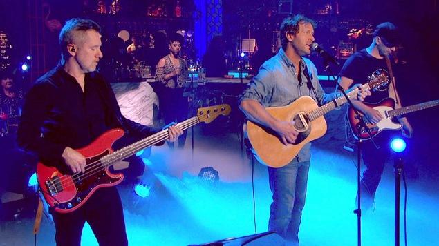 Le chanteur en compagnie de deux musiciens et une choriste.