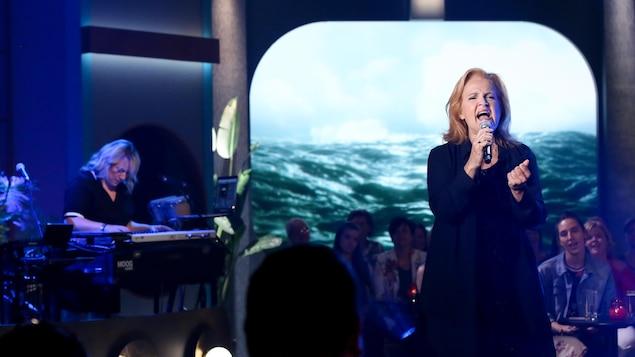 La chanteuse durant sa prestation musicale.