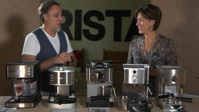 Johane Despins discute avec Alex Sereno devant plusieurs machines espresso