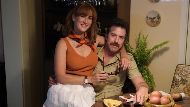 Le couple prend la pose à la table de cuisine.