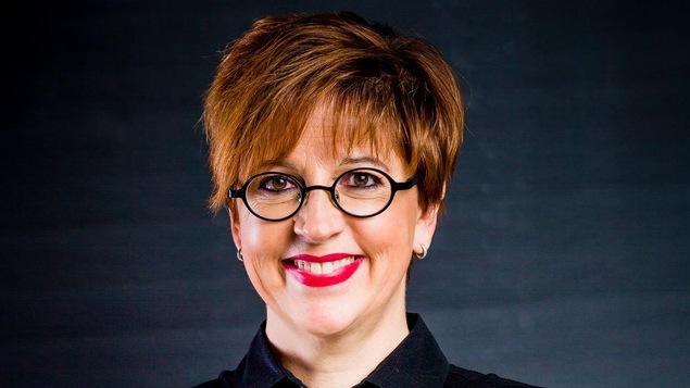 Portrait d'une femme qui sourit.