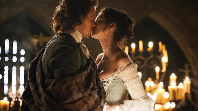 L'homme et la femme s'embrassent.