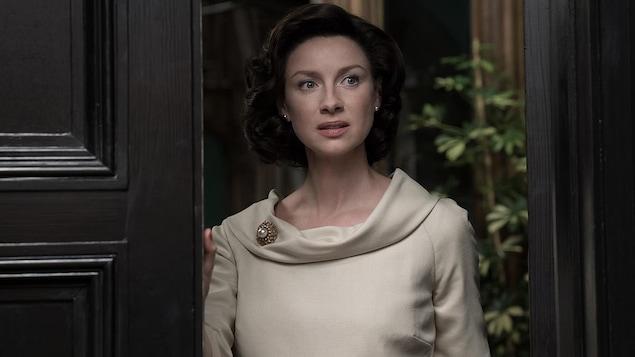 Claire Randall Fraser est surprise en ouvrant la porte.