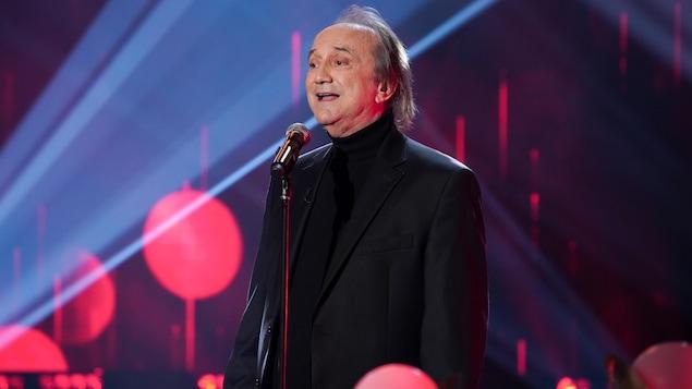 Un homme qui chante.