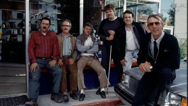 Les comédiens réunis autour du gaz bar