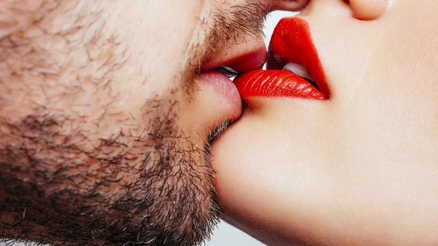 L'homme porte la barbe. La femme porte du rouge à lèvres rouge.