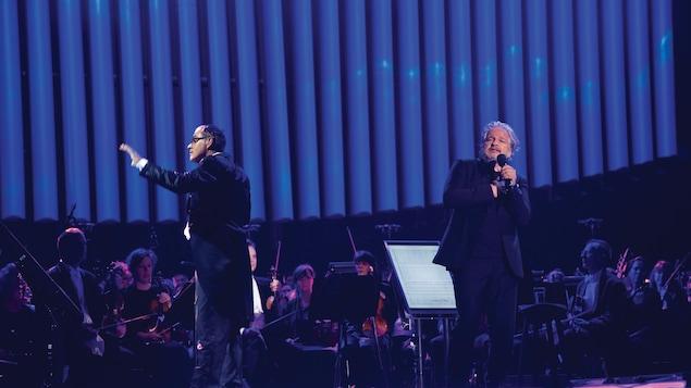 Daniel Bélanger sur scène devant l'orchestre