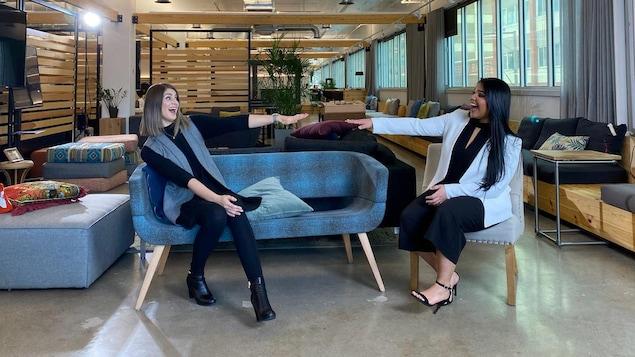 Andréa Gomez et Rachel Séguin, assises dans leur bureau.