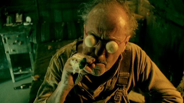 Un homme avec des lunettes en forme de boules blanches.