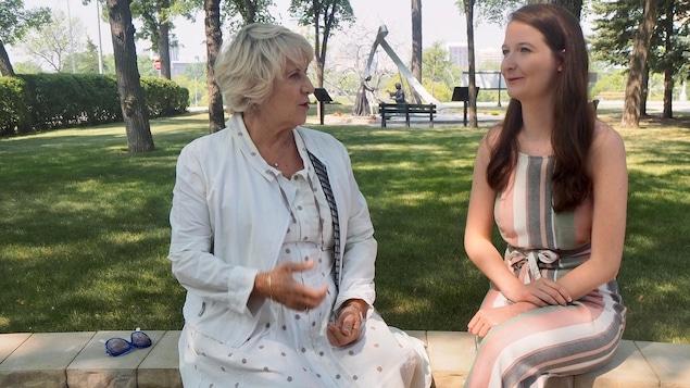 Dans un parc, Denise Bombardier discute avec Chloé Freynet-Gagné.