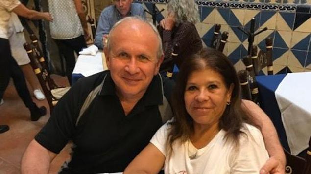 Un homme et une femme dans un restaurant.