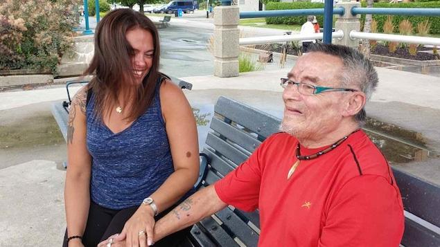 Deux personnes sur un banc.
