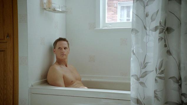 François Morency est dans son bain avec un air grognon.