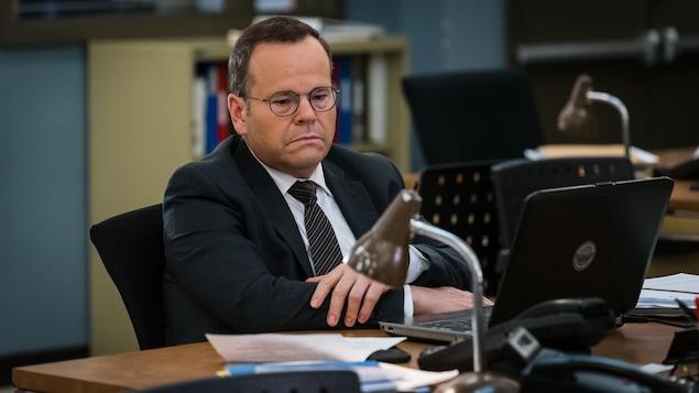 Bruno Gagné est assis à son bureau, pensif, devant son ordinateur portable.
