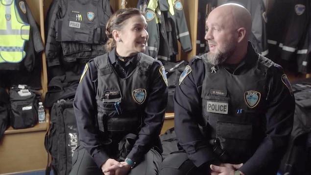 Deux policiers qui jasent.