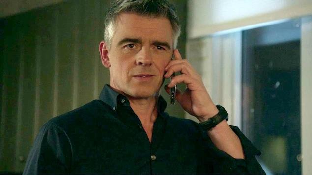 Yanick Dubeau au téléphone.