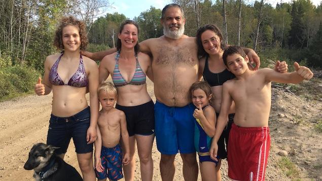 La famille est composée de 2 parents, 5 enfants et un chien.