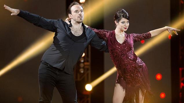 Emmanuelle Lussier-Martinez et Fred Eric Salvail dansent une rumba.