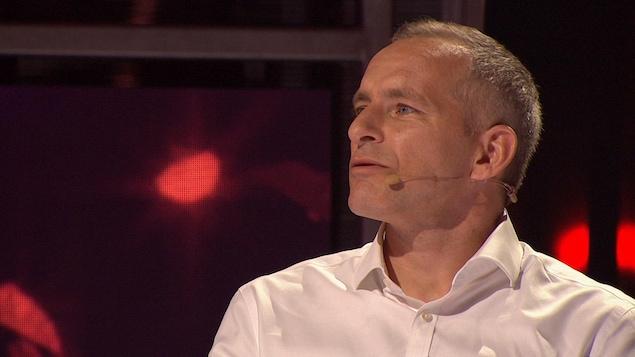 David Saint-Jacques regarde une prestation.